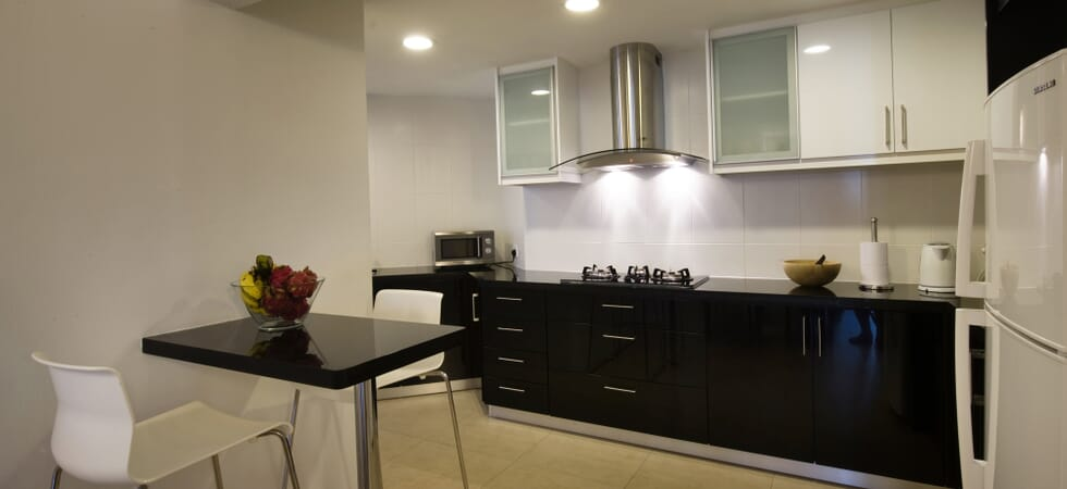 Breakfast bar for 2 people and open-plan kitchen